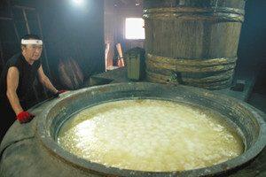釜たきするとソフトボール大の塩の塊が現れた=いずれも石川県珠洲市の道の駅すず塩田村で