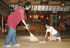 本殿を掃除する参加者たち=能美市佐野町で