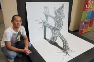 カメラで撮ると立体的に浮き上がって見える3Dアート作品を制作した永井さん=美濃市蕨生の美濃和紙の里会館で