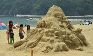 城ノ浜海水浴場にお目見えした大きな砂像=紀北町紀伊長島区東長島で
