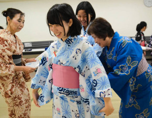 浴衣の着付けを習いながら「ドラゴンズ戦が楽しみ」と笑顔を見せる受講者ら=岐阜市鶴舞町のワークプラザ岐阜で
