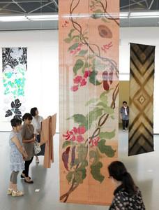 多様な技法で染められた壁掛けや着物が並ぶ会場=名古屋・栄の県美術館ギャラリーで