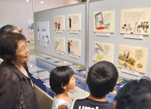 戦中の子どもが描いた絵日記などが並ぶ会場=大津市御陵町で