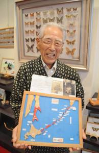 北方領土など北太平洋の竹細工を披露する岡本定男さん=岐阜市神室町のギャラリーふれんどで