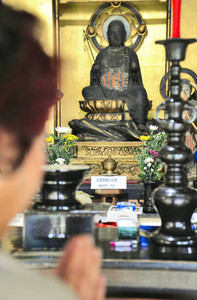 約半世紀ぶりに公開された「延命地蔵菩薩半跏像」=大野市の洪泉寺で