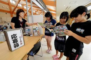 宝探しのパンフレットをもらいに「発見報告所」を訪れた女子中学生=設楽町役場で