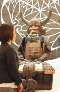 徳川家康が身に着けたといわれるクマの毛が植え付けられた甲冑=名古屋市東区の徳川美術館で