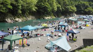 キャンプ客のテントが並ぶ銚子川=紀北町海山区便ノ山で