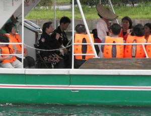 船上でおわらの舞と調べを楽しむ乗船客=富山市の富岩運河環水公園で