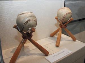 正力松太郎ゆかりのベーブ・ルース(左)とジョー・ディマジオのサインボール=高志の国文学館で