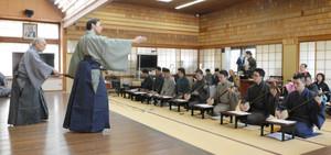 長唄の演奏に合わせて行われた「船弁慶」の稽古=名古屋市瑞穂区で