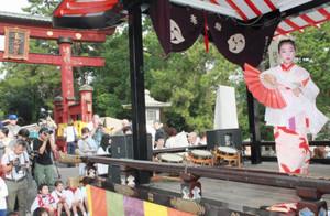 山車の上でおしとやかに舞踊を奉納する小学生の女の子=敦賀市の気比神宮大鳥居前で