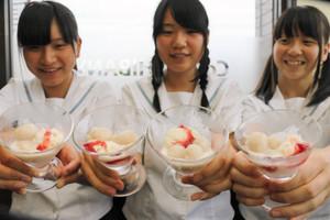 佐屋高校の生徒たちが考案した「レンコン白玉」=弥富市のカレーハウスCoCo壱番屋弥富国一店で