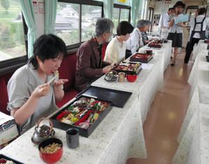 列車内で料理を味わう乗客=恵那市で