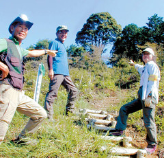 トレッキングコースを紹介するボランティアガイドの会の平さん(左)ら=磐田市で