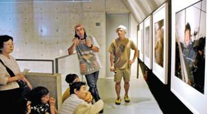 自らの写真について語る田附勝さん(奥左)と亀山亮さん(同右)=高岡市のミュゼふくおかカメラ館で