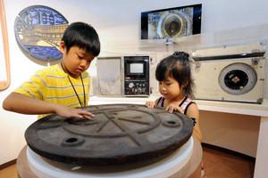 名古屋の上下水道についての展示品が並ぶ=名古屋市千種区月ケ丘で