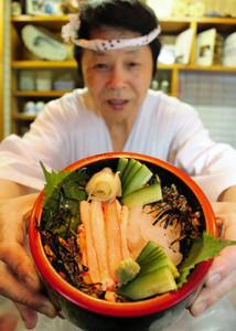 ベニズワイガニと白エビの新湊紅白丼=射水市中新湊の石松寿司で