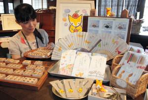 南吉作品をテーマにした雑貨や原画が並ぶ企画展=半田市中村町で