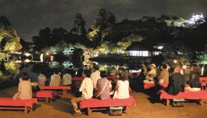 ゆったりと虫の音を楽しむ来園者たち=彦根市金亀町の玄宮園で