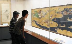 県内の寺院が所蔵する江戸時代の絵画が並ぶ会場=富山市佐藤記念美術館で