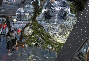 ミラーボールと植物を組み合わせたアート作品=栄の名古屋テレビ塔で