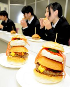 「ひょうたんバーガー」を試食する生徒ら=養老町役場で