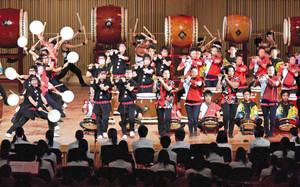迫力ある太鼓や笛の演奏を披露する生徒たち=福井市のハーモニーホールふくいで