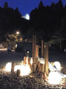 公園に設置された灯りのオブジェ=郡上市八幡町で