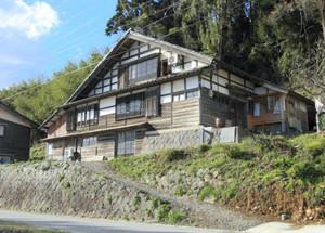 海沿いに立つ空き家を改装した民宿=穴水町竹太で