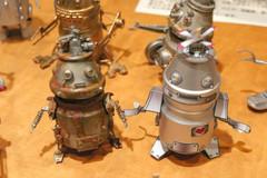 ヤクルトの空き容器などを組み合わせて作ったロボット=いずれも静岡市清水区で