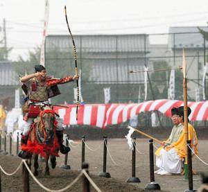 流鏑馬を披露する倭式騎馬会のメンバー=倭式騎馬会提供
