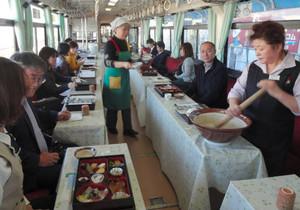 車内でとろろなどが味わえる「じねんじょ列車」=恵那市で