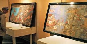 源平合戦などの絵が描かれた絵馬が並ぶ会場=滑川市博物館で