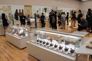 各館自慢の多彩なコレクションが並ぶ会場=津市一身田上津部田の県総合博物館で