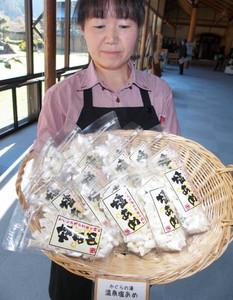 お土産として人気を呼んでいる塩あめ=飯田市南信濃和田で