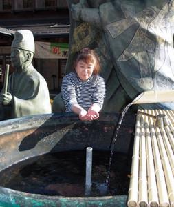 塩あめに使われた「かぐらの湯」の温泉=飯田市南信濃和田で
