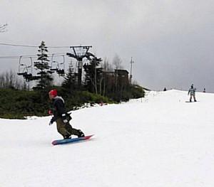 初滑りを楽しむ人たち=高山市高根町のチャオ御岳スノーリゾートで