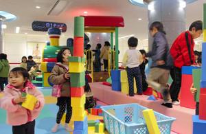 B1キッズの遊具で遊ぶ子どもたち=JR高岡駅地下で