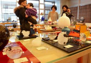 えとを題材にした色とりどりのガラス作品が並ぶ会場=富山市古沢の富山ガラス工房ショップで