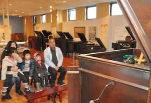 蓄音機の王者「クレデンザ」の音色を楽しむ来館者=福井市の県こども歴史文化館で