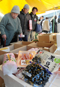 黒豆やかまぼこを買い求める人たち=岐阜市中央卸売市場で