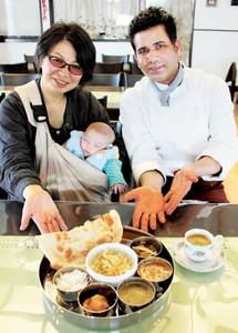 ハラルに対応し、パンジャーブ地方の料理が味わえる店を開いた進藤昌代さん(左)とシェフのデニース・チャンドゥさん=金沢市間明町で