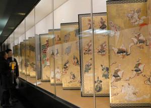 金色の屏風など出雲大社の名宝がずらりと並ぶ会場=名古屋市熱田区の熱田神宮宝物館で