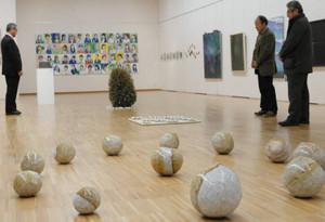 遠藤隆彦教諭の作品を眺める人たち=岐阜市宇佐の県美術館で