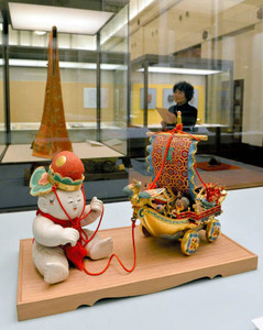 正月用の装飾品や着物などが並ぶ「年の初めのためしとて」展=名古屋市東区徳川町の徳川美術館で
