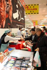 全国の有名駅弁などを買い求める人たち=富山市総曲輪の大和富山店で