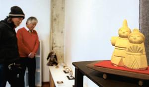 木彫やガラスなどの個性的なひな人形が並ぶギャラリー=高岡市駅南で