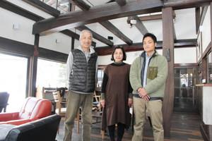 古民家を改修したゲストハウス兼カフェを開く古川さん一家=高山市上切町で