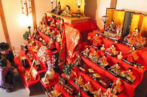 江戸から昭和期のひな人形が多数展示されている旧今井家住宅=美濃市泉町で